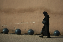 donna per strada