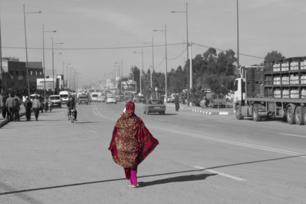 fotografia Marrakech donna con vestito rosso